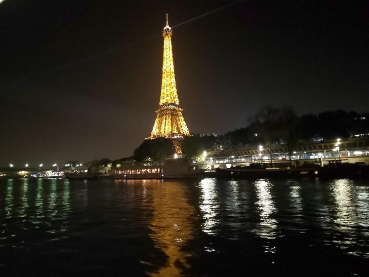 パリで記者発表!